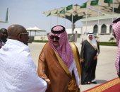 رئيس جمهورية جزر القُمر يصل السعودية مرتديا ملابس الإحرام