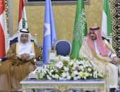 رئيس مجلس وزراء قطر يصل السعودية للمشاركة فى القمتين الخليجية والعربية