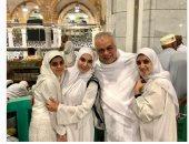 أشرف زكى وزوجته روجينا وابنتاهما يؤدون العمرة