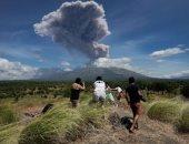 بركان بالى يخرج سحبا من الدخان والرماد في ثوران جديد