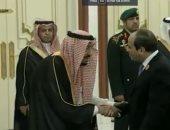 شاهد.. لحظة استقبال الملك سلمان للرئيس السيسى بمقر القمة الإسلامية