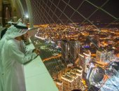 رحلة بين قصص الزمن عبر التاريخ.. وزير خارجية الإمارات يزور برج الساعة فى مكة