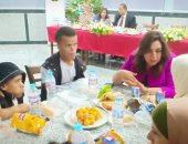 صور.. محافظ دمياط تتناول الإفطار مع ذوى القدرات الخاصة بالمدينة الشبابية