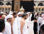 صور.. وزير الخارجية الإماراتى يؤدى مناسك العمرة داخل الحرم المكى