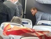 من روما إلى لندن.. الأمير هارى يثير الإعجاب بسفره على متن طائرة تجارية
