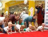 """شاهد.. أطفال يختبرون مهاراتهم فى """"سباق الزحف"""" بليتوانيا"""