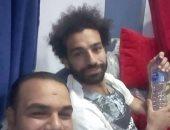 فيديو.. محمد صلاح يسمح للجماهير بالتقاط الصور التذكارية بمدخل منزله