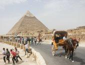 صور.. المصريون يحتفلون بأول أيام العيد فى حضرة الأهرامات وأبو الهول