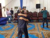 """صور.. أب يحضن ابنه الغارم بعد الإفراج عنه: """"ضنايا حبيبي.. تحيا مصر"""""""