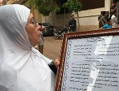 سيدة عجوز تقدم قصيدة مدح فى محمد صلاح أمام منزله قبل أداء صلاة العيد