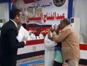 فيديو.. إحدى الغارمات تحتضن طفلها وزوجها: شكرا للرئيس وتحيا مصر