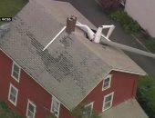 شاهد.. طائرة شراعية تسقط فوق سطح منزل بأمريكا