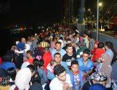 مئات المصريين يحتفلون بالعيد ليلاً على محور روض الفرج: تحيا مصر تحيا مصر