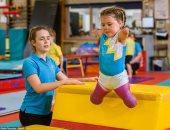 عزيمة ماشية على الأرض.. طفلة بريطانية تلعب الجمباز بعد فقدان أطرافها