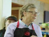 شاهد.. بيل جيتس برفقة وارن بافت يعملان فى مطعم للوجبات السريعة