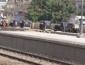 موقف للتكاتك على رصيف محطة طهطا للقطار بمحافظة سوهاج