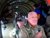 شاهد.. عجوز عمره 97 عاماً يشارك بذكرى الحرب العالمية بقفزة من مروحية