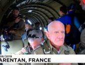"""شاهد.. محاربين """"مسنين"""" يشاركون فى القفز من المروحيات لإحياء ذكرى النصر ببريطانيا"""