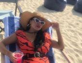 صور.. رانيا يوسف تستمع بإجازة العيد على البحر
