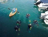 صور.. آلاف المتطوعين يشاركون فى تنظيف ساحل إسبانيا من النفايات والبلاستيك
