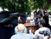 وصول جثمان قسمت رشدي اباظة إلى مسجد نصر الدين تمهيدا لصلاة الجنازة