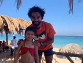 محمد صلاح مع بنات متعب على البحر فى الجونة