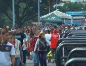شاهد.. الآف المواطنين يفرون من فنزويلا إلى كولومبيا بعد فتح الحدود