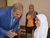 """صور.. رئيس جامعة الأزهر يتفقد لجان امتحانات الثانوية الأزهرية فى مادة """"الفيزياء"""""""