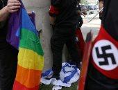 أمريكيون يتبولون على علم إسرائيل فى مسيرة للمثليين بديترويت