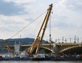 المجر تستعين برافعة عملاقة لانتشال قارب سياحى انقلب فى نهر الدانوب