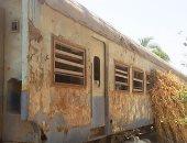 صور.. عربة قطار مهجورة تتحول لعشش فراخ وحوش للماشية فى بنى سويف