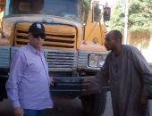 رئيس مدينة إدفو بأسوان ينظم حركة المرور ويتابع التزام النقل الثقيل.. صور