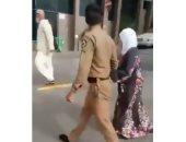 خلع حذاءه لامرأة مسنة ليجنبها سخونة الأرض.. شهامة رجل أمن سعودى حديث تويتر.. فيديو