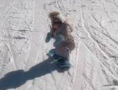 عندها 15 شهر بس .. طفلة تتزحلق على الجليد بمهارة رائعة.. فيديو وصور