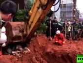شاهد.. لحظة انهيار أرضى يبتلع عشرات السيارات فى الصين