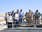 صور.. محافظ مطروح يتابع أعمال تطوير شاطئ كليوباترا ويلتقى بالمصطافين