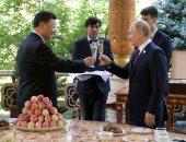 """صور.. بوتين يحتفل بعيد ميلاد الرئيس الصينى على هامش قمة """"سيكا"""""""