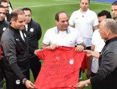 قصة صورة.. قميص الفراعنة هدية لاعبى المنتخب بتوقيعاتهم للرئيس السيسى