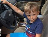 شاهد.. طفل عمره 4 سنوات يقود سيارة جده للحصول على الحلوى