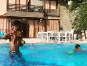 فيديو.. محمد رمضان يلهو مع أولاده فى حمام السباحة