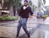 """فيديو.. جورميت شودهاري """"راقص محترف"""" تحت المطر.. شوف بنفسك"""
