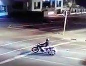طار فى الجو.. شاب ينجو بأعجوبة بعد اصطدام دراجته بسيارة.. فيديو