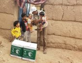 """السعودية توزع 300 سلة غذائية بـ """"الجوف"""" اليمنية"""