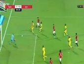 فيديو..  عمر جابر يُصحح خطأ هدف غينيا ويسجل الثالث للفراعنة