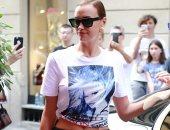 إيرينا شايك تستعرض رشاقتها بتنورة من Versace سعرها 420 جنيها إسترلينيا