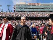 صور.. تيم كوك يحتفل مع طلاب ستانفورد بالتخرج
