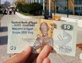 """شاب يدعم سياحة مصر بطريقة مختلفة.. والسر فى عملة """"الخمسين قرش"""""""