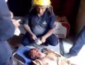 صور.. رجال الحماية المدنية ينقذون عاملا انهار عليه مطعم بالإسكندرية