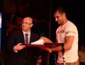 """صور.. نائب محافظ بورسعيد يهدى بطل سيناء النقيب على الزينى """"كتاب الله"""""""