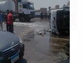 قارئ يشارك بصور لانقلاب سيارة صابون سائل أعلى الطريق الدائرى بالمرج